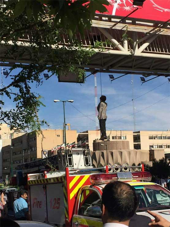 مردی در خیابان میرداماد تهران، خود را از پل عابر حلق آویز کرد (+عکس)