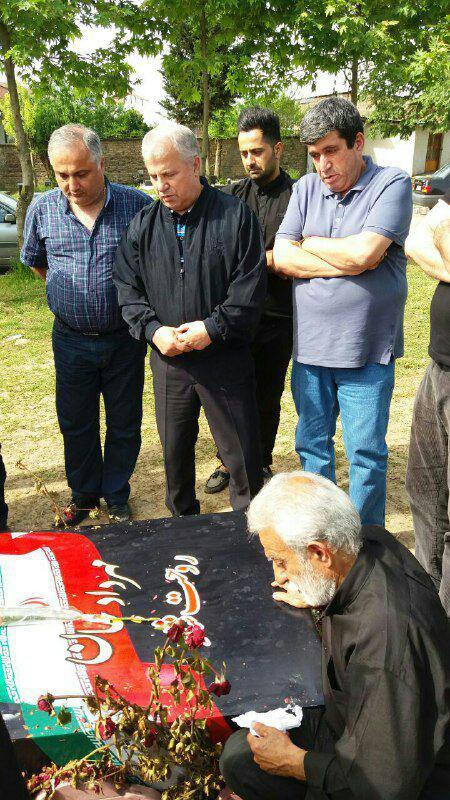 حضور علی پروین بر سر مزار مهرداد اولادی (+عکس)