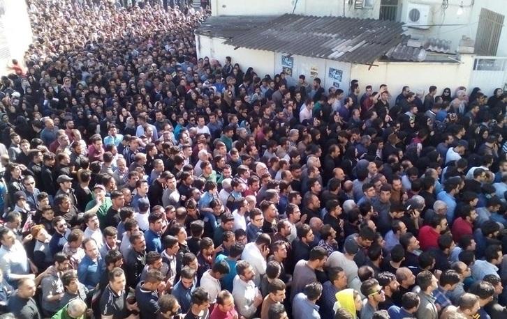 تشییع جنازه اولادی ازخانه پدری تا خانه ابدی / حضور فوتبالی ها، انبوه جمعیت و حال نامناسب پدر(گزارش تصویری)