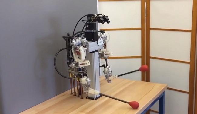 رباتی که میتواند سوزن نخ کند!