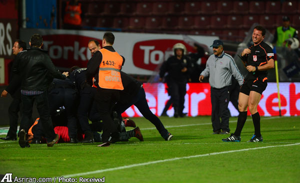 حمله به کمک داور بازی فوتبال سوپر لیگ ترکیه (+عکس)