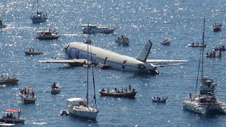 غرق کردن هواپیما برای جذب گردشگر (عکس)