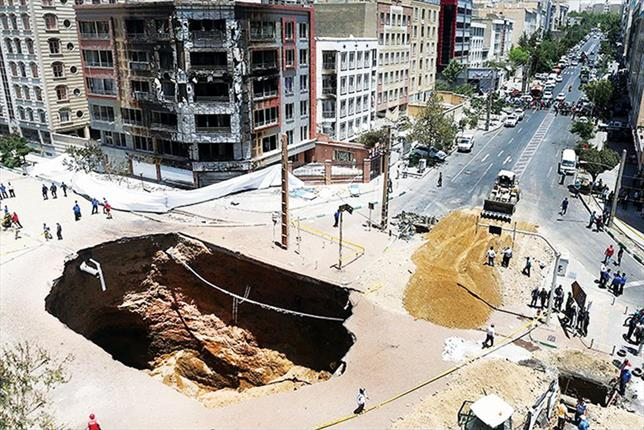 گودالی که انفجار دیروز شهران ایجاد کرد