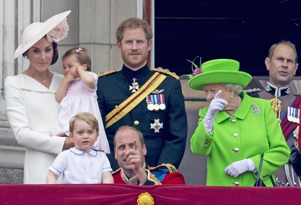 هشدار ملکه به نوه اش : روی زانو نشین (+عکس)