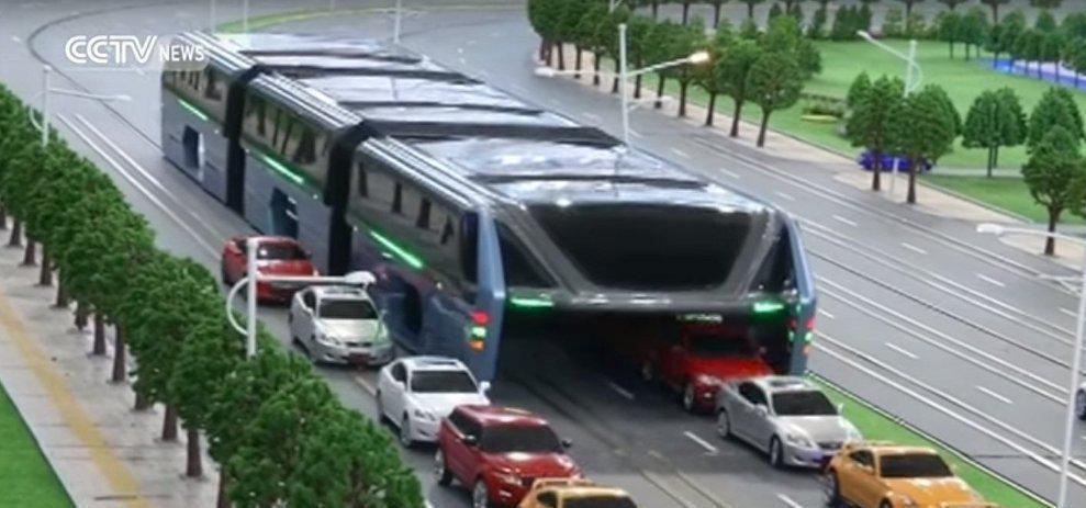 اتوبوسی که از روی خودروها عبور میکند (+عکس)