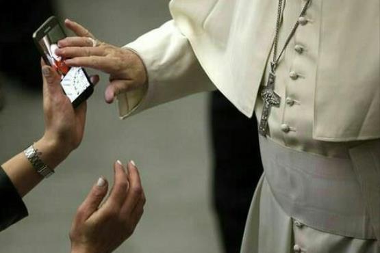پاپ فرانسیس در حال تقدیس کودکی از روی عکسش در موبایل مادر (+ عکس)