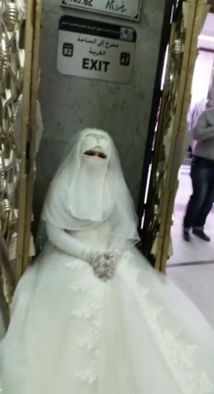 دختری که با لباس عروس پشت درهای مسجد الحرام ماند (+عکس)