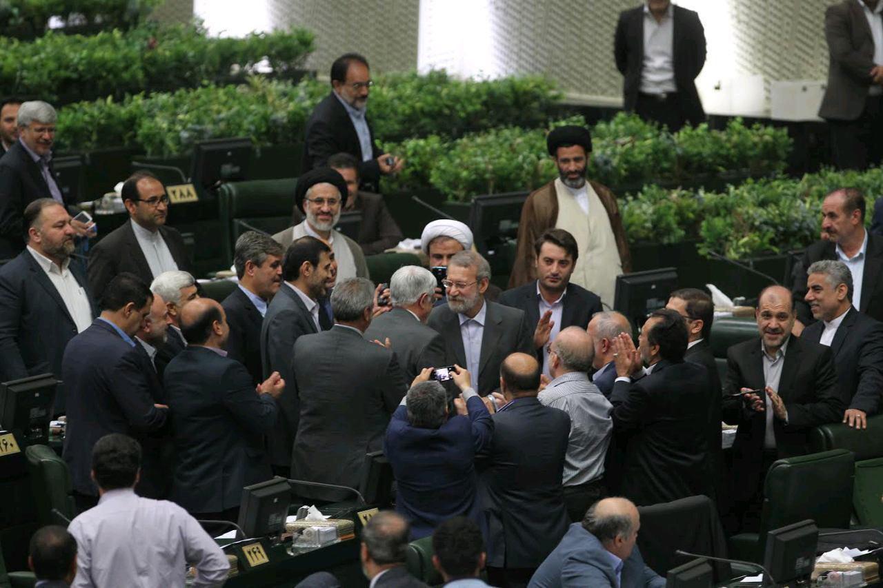 علی لاریجانی رئیس موقت مجلس دهم شد/ پزشکیان نایب رئیس اول، دهقانی نایب رئیس دوم