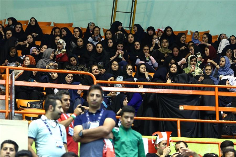 بانوان ایرانی به استادیوم آزادی راه پیدا کردند(+عکس)