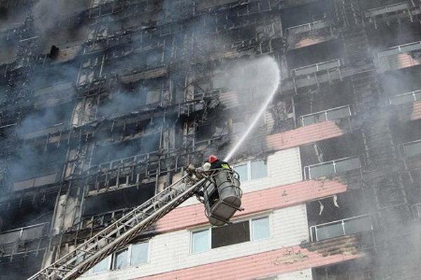 مهار آتش در برج طاووس منطقه آزاد انزلی(+عکس)