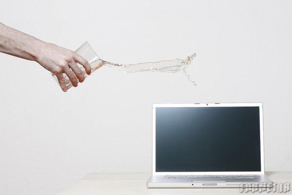 اگر مایعات روی لپتاپمان ریخت چه کنیم؟