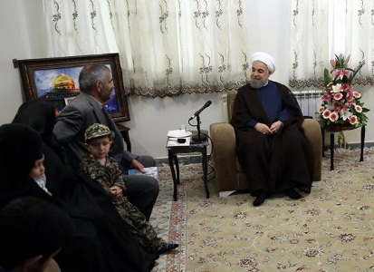 روحانی در دیدار با خانواده شهید مدافع حرم: دفاع از اسلام، مسلمانان و حرم اهل بیت(ع) هدف مدافعین حرم است