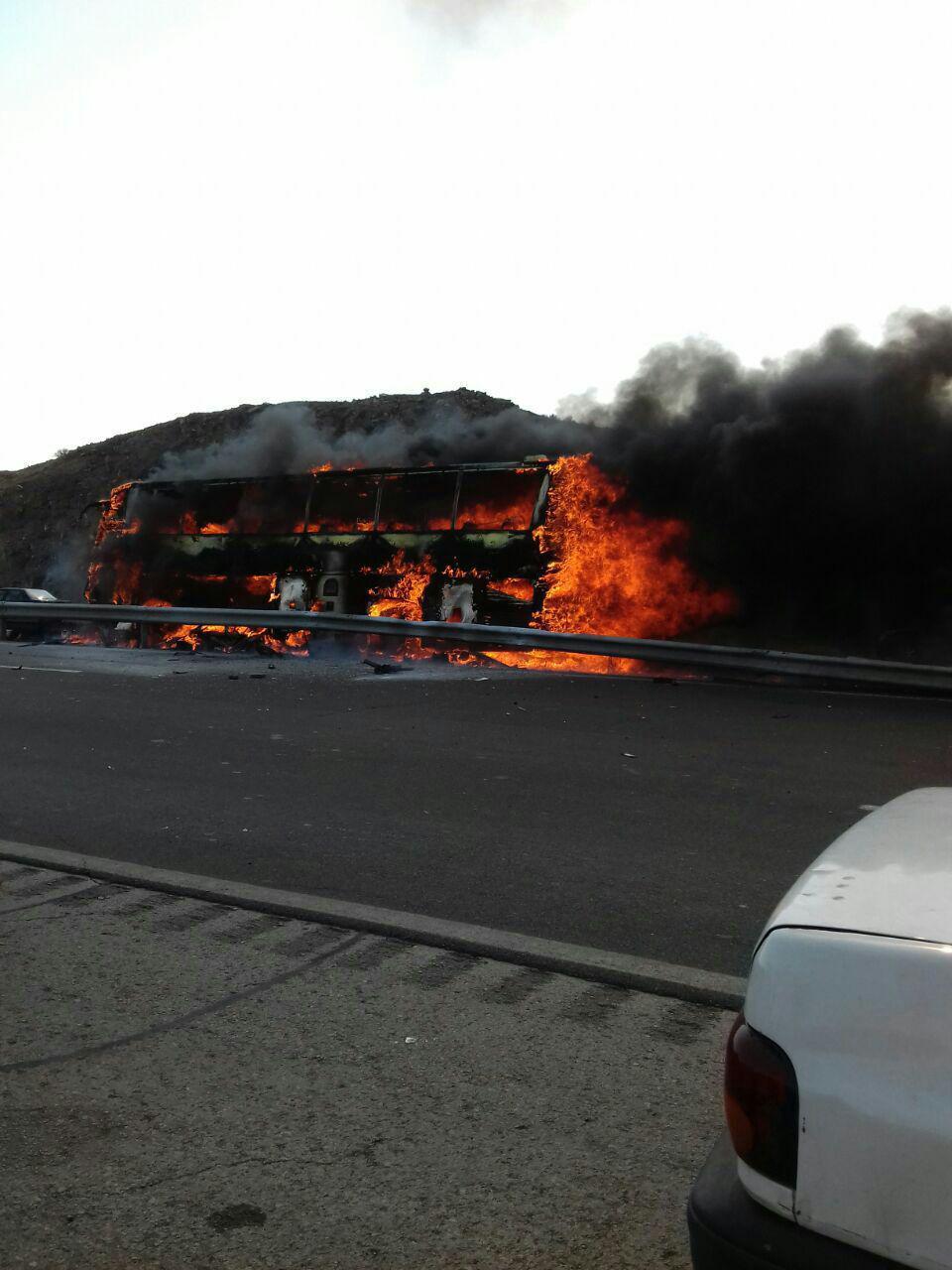 آتش گرفتن اتوبوس مسافربری در جاده تهران - قم (+عکس)