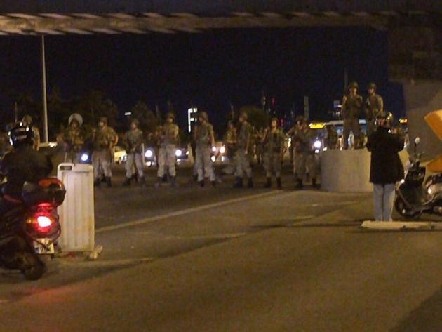 فوری / کودتا در ترکیه / ارتش ترکیه: فدرت در دست ماست؛ کشور در کنترل ماست / فرودگاه و پل بوسفر استانبول در اشغال ارتش