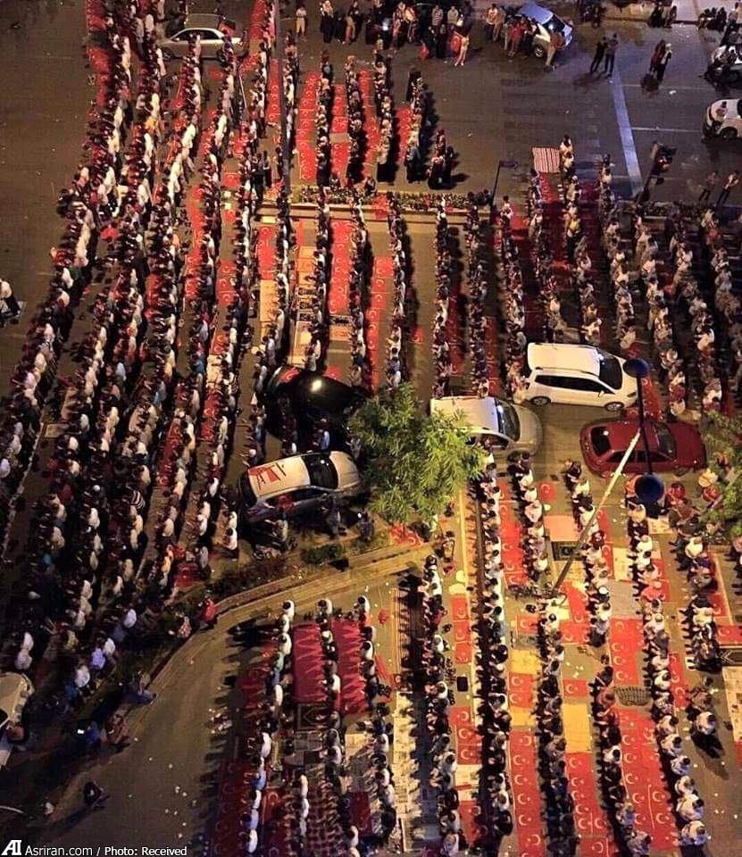 مردم ترکیه، پرچم شان را سجاده نماز کردند (عکس)