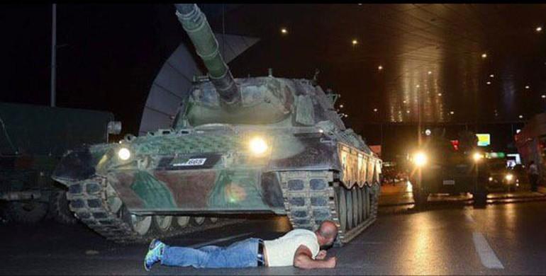 روایت شب کودتا از زبان مردی که جلوی تانک کودتاچی ها ایستاد (+عکس)
