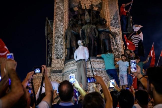 دار اعدام در میدان تقسیم استانبول (عکس)