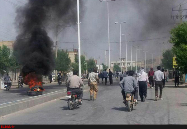 درگیری مردم در چهارمحال و بختیاری بر سر آب/ چند خودرو در جریان اعتراض به آتش کشیده شده است