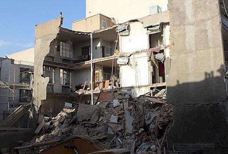 ریزش ساختمان مسکونی در خیابان آزادی تهران