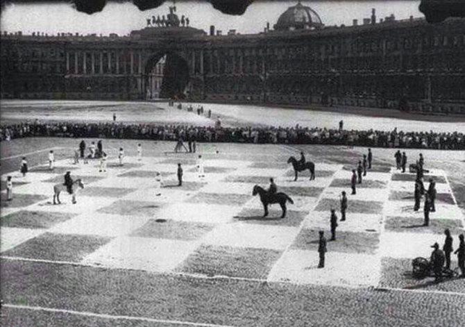 بازی شطرنج با مهرههای زنده (عکس)