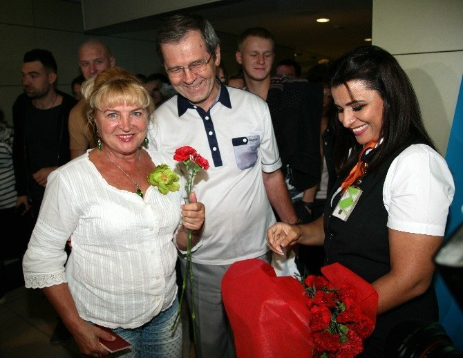 استقبال گرم از نخستین گروه توریست های روس در آنتالیا (+عکس)