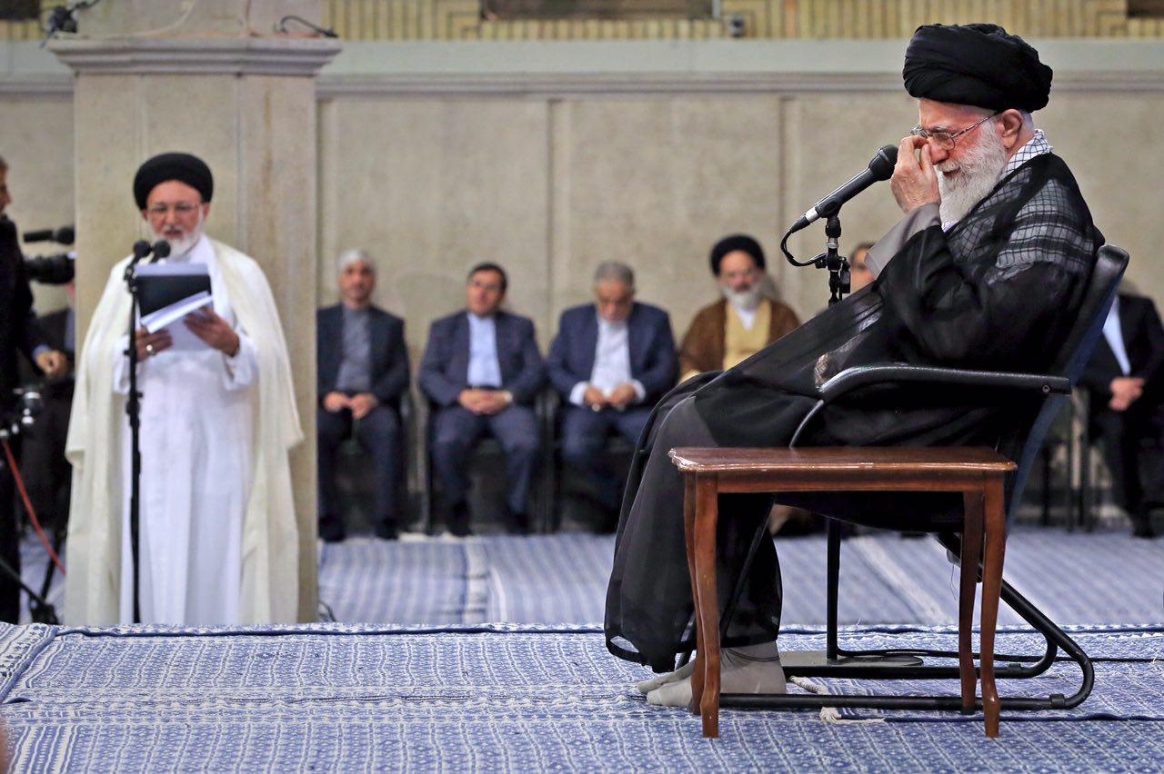 عکسی از منقلب شدن حال رهبری هنگام شنیدن گزارش فاجعه منا