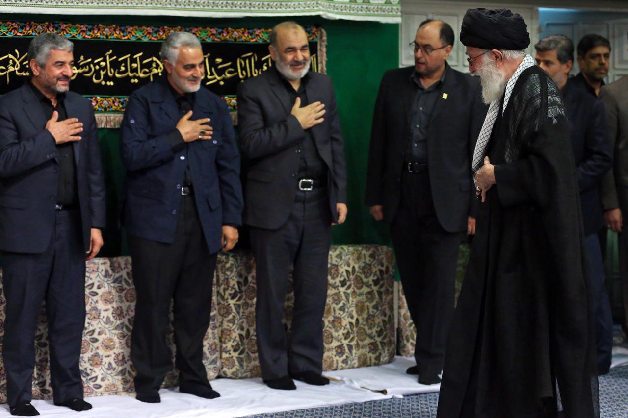 حضور قاسم سلیمانی در مراسم شام غریبان حسینیه امام خمینی (+عکس)