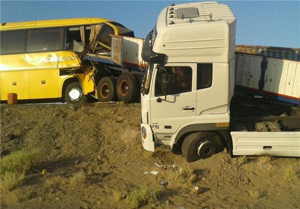 16 زخمی در تصادف اتوبوس و تریلی در جاده زاهدان (+عکس)