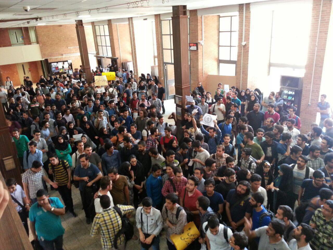 ادامه اعتراضات دانشجویان صنعتی شریف (+عکس)