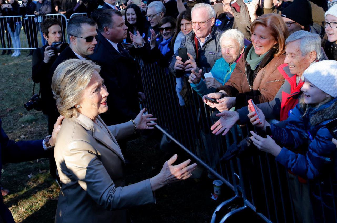 هیلاری کلینتون رای خود را به صندوق انداخت (عکس)