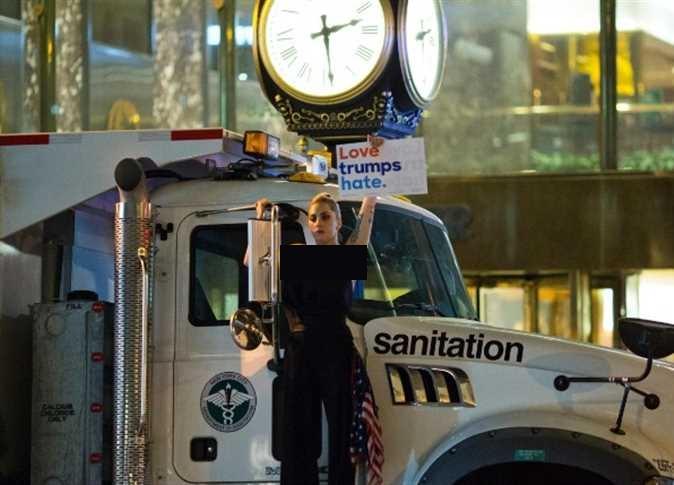 حضور لیدی گاگا در تجمع ضدترامپ (عکس)