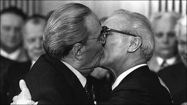جنجال رسانهای رئيس جمهور بلاروس با بوسیدن قرآن (+عکس)