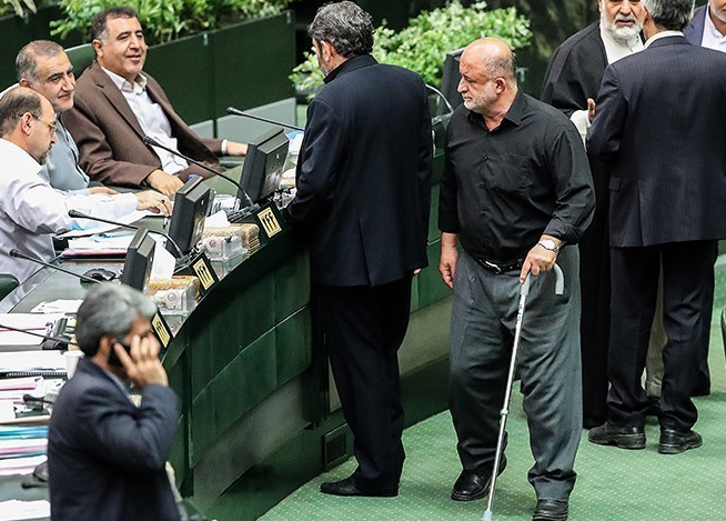 قاضی پور نماینده ارومیه عصا به دست شد (عکس)