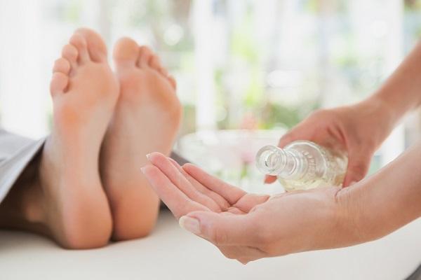چرا پیش از خواب باید پاهای خود را ماساژ دهید؟
