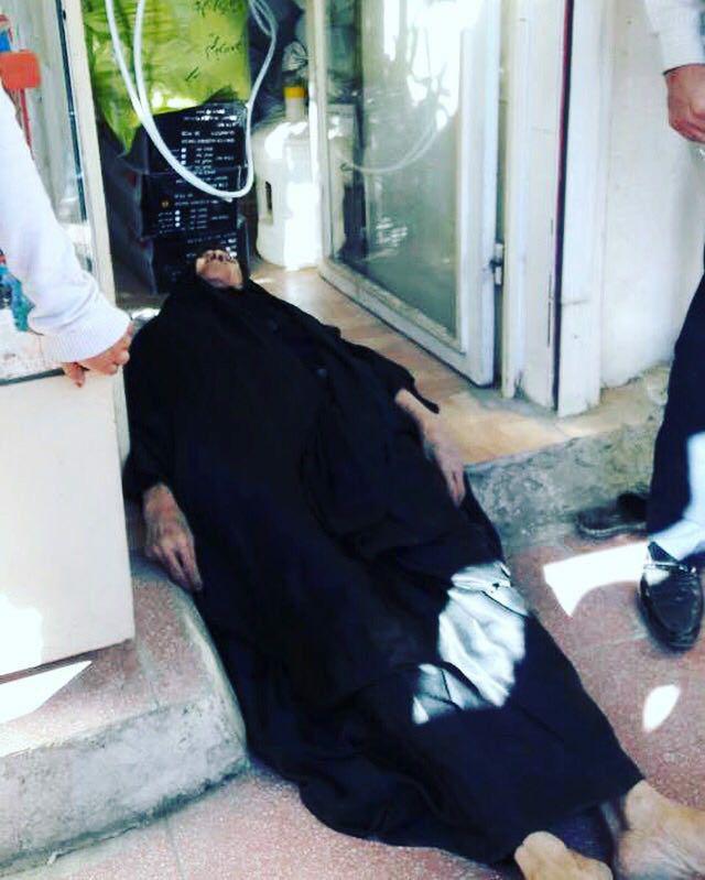 فرزند پیرزن دستفروش اهوازی:مادرم زنده است / ماموران شهرداری با شوکر، مادرم را نقش بر زمین کردند (+عکس) / شهرداری تکذیب کرد