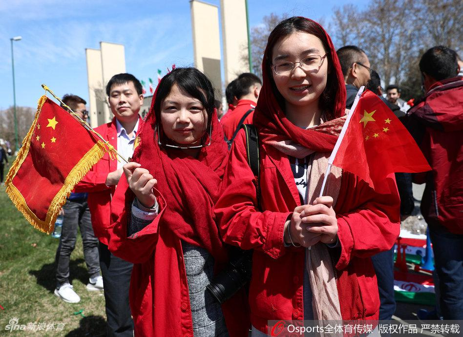 دختران ایرانی که بازی با چین را در استادیوم آزادی بودند(+گزارش تصویری)