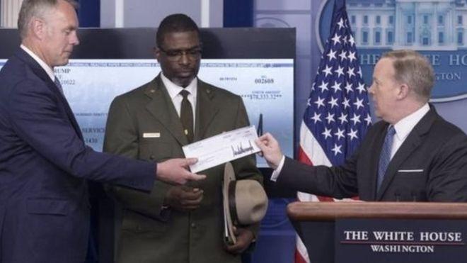 ترامپ حقوق 3 ماه اش را هدیه داد (+عکس)
