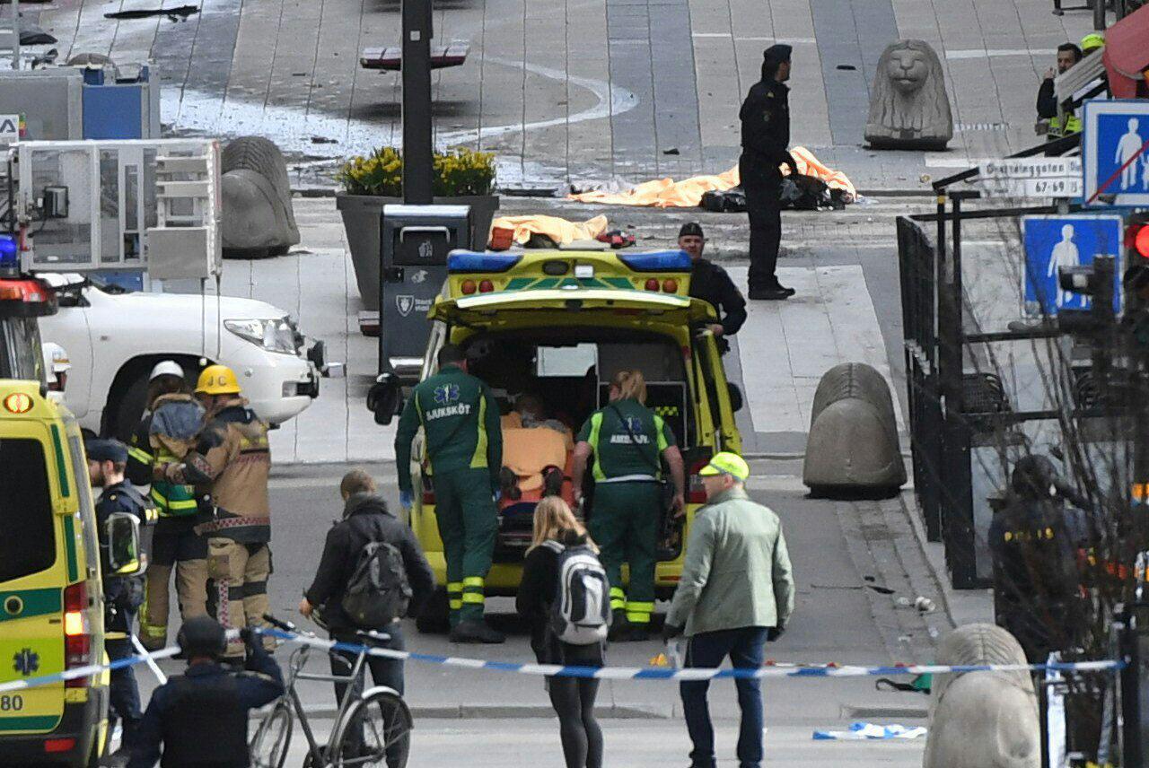 زیر گرفتن عابران پیاده از سوی راننده یک دستگاه کامیون در سوئد/ کشته شدن 3 نفر/ بازداشت یک متهم