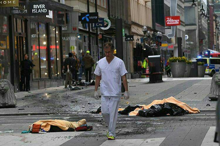 زیر گرفتن عابران پیاده از سوی راننده یک دستگاه کامیون در سوئد/ کشته شدن 5 نفر/ بازداشت یک متهم