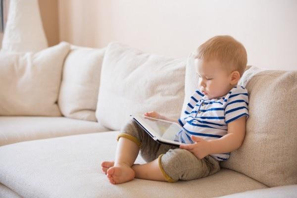 رابطه بازی با نمایشگرهای لمسی و خواب در کودکان
