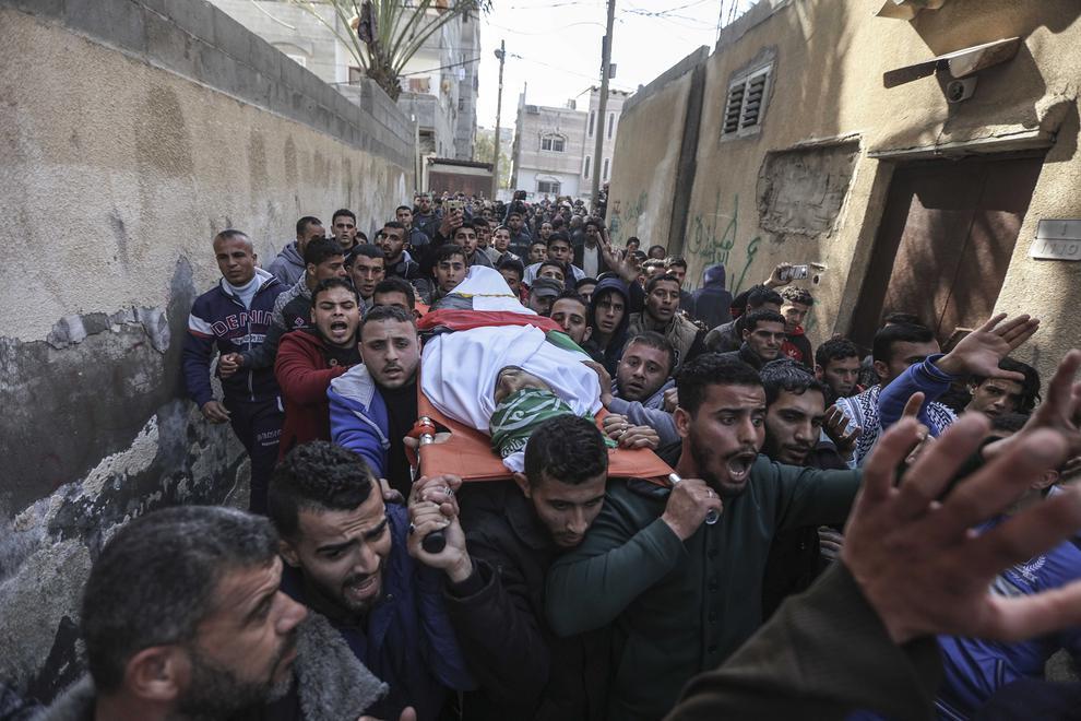 تشییع پیکر یک مرد 32 ساله فلسطینی که جمعه شب به ضرب گلوله نیروی دریایی مصر از پای در آمده است- باریکه غزه