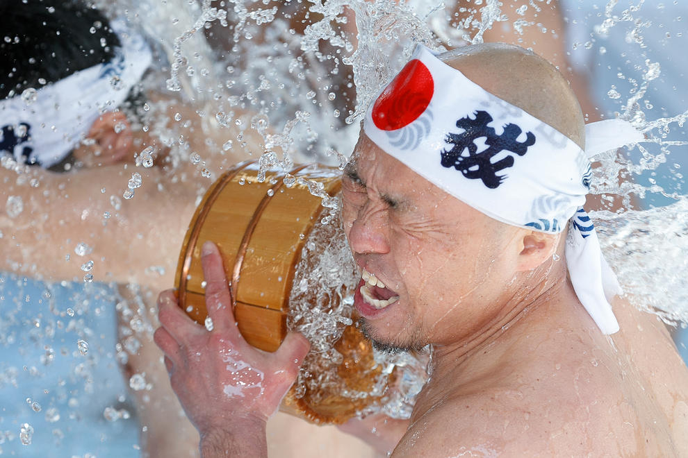 جشنواره حمام با آب یخ در سال نو در معبدی در توکیو