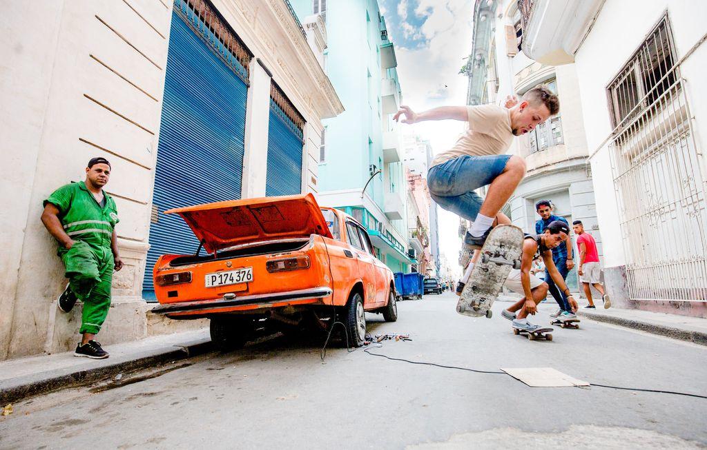 اسکیت سواری در خیابانهای شهر هاوانا کوبا – عکس روز وب سایت