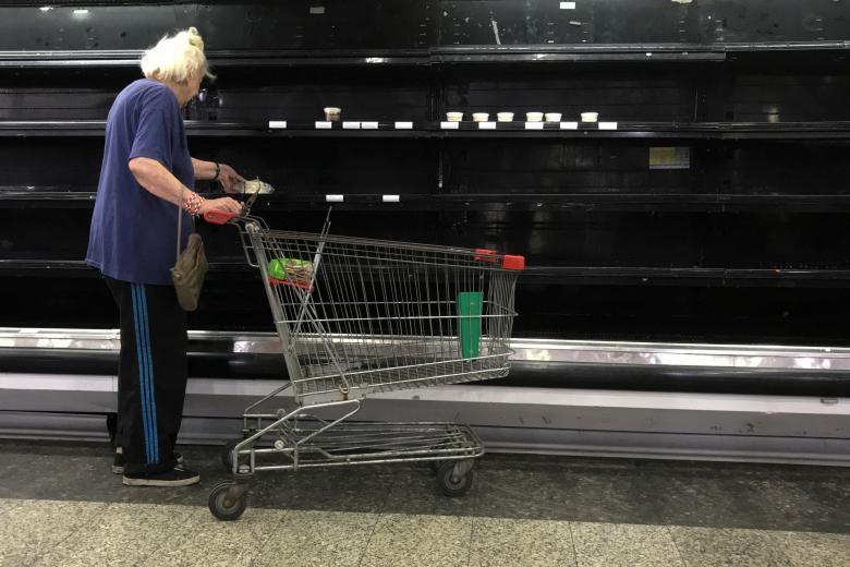 قفسه های خالی از کالا در فروشگاههای شهر کاراکاس ونزوئلا – عکس: رویترز