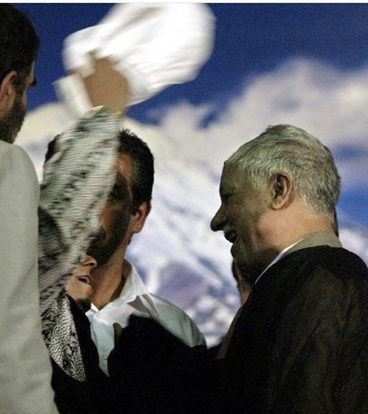 برداشتن عمامه آیتالله هاشمی توسط مادر شهید (+عکس)
