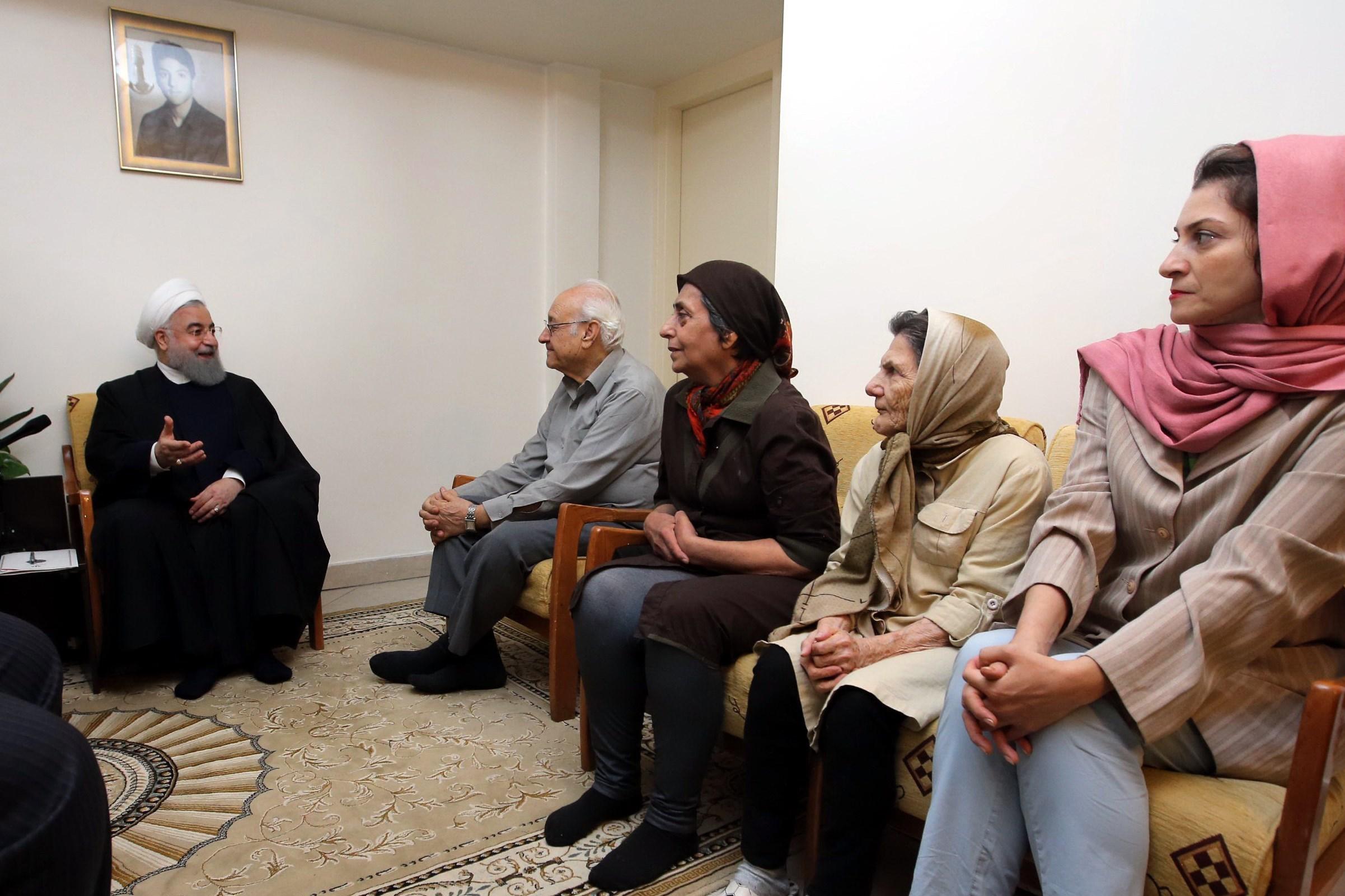 دیدار روحانی با خانواده شهید ارمنی (+عکس)