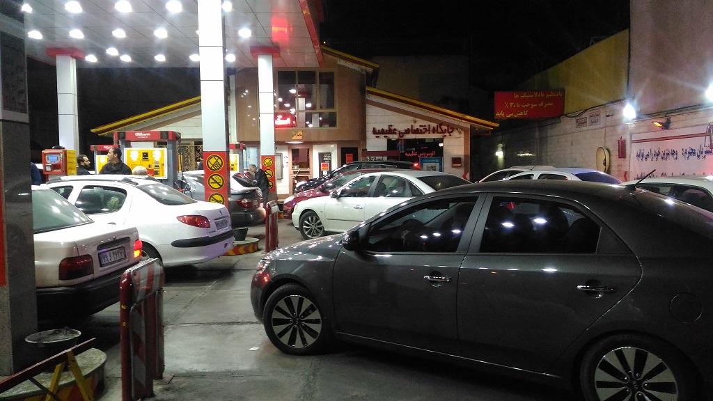 صف های طولانی در پمپ بنزین های کرج (+عکس)