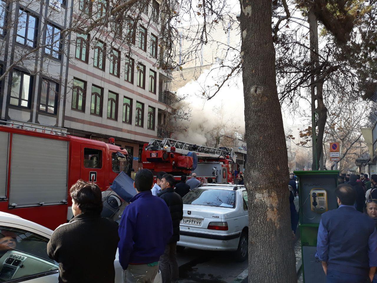 آتشسوزی در پارکینگ ساختمان تجاری در ظفر/ 3 خودرو طعمه حریق شدند (+عکس)