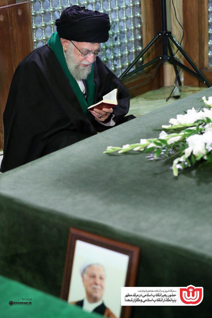 مقام معظم رهبری بر سر مزار مرحوم هاشمیرفسنجانی (عکس)