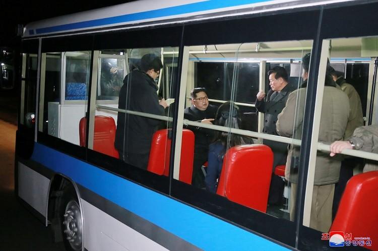 گردش شبانه رهبر کره شمالی با اتوبوس (عکس)